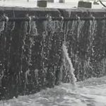 危険な釣り! 高波が押し寄せる南港海釣り公園