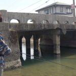 赤いパ〇ツが見えてしまう橋の下で魚を釣る!