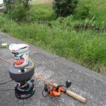 川で小物釣りして、カップヌードルチリトマト味を食べる