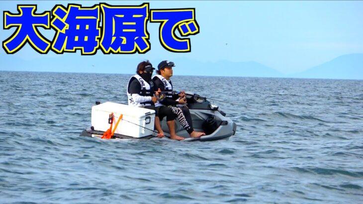 サメがいる海域でソファーのような小舟で釣りしていたら・・・